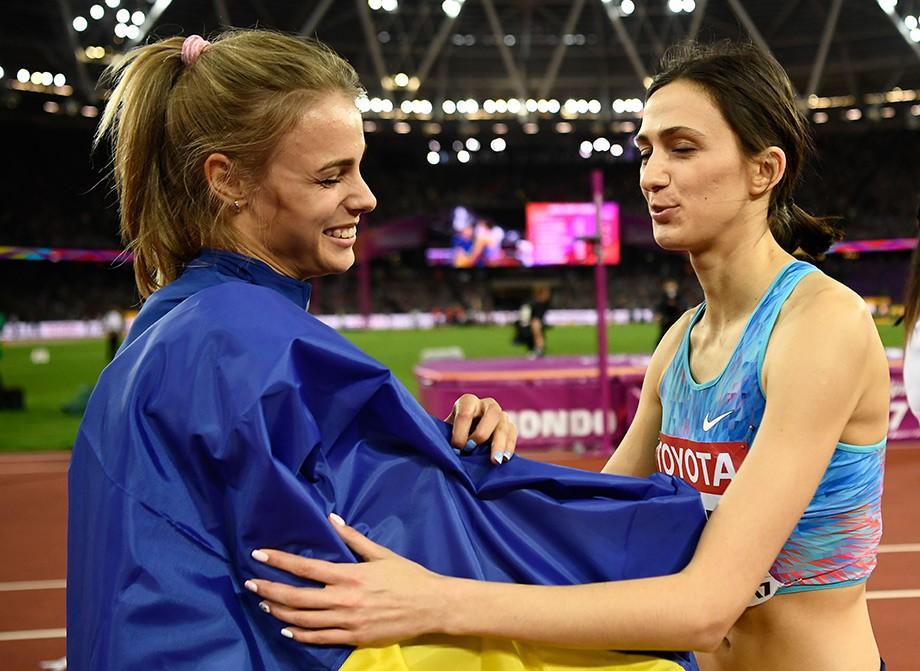 Украинка Юлия Левченко поздравляет Марию Ласицкене с победой на ЧМ