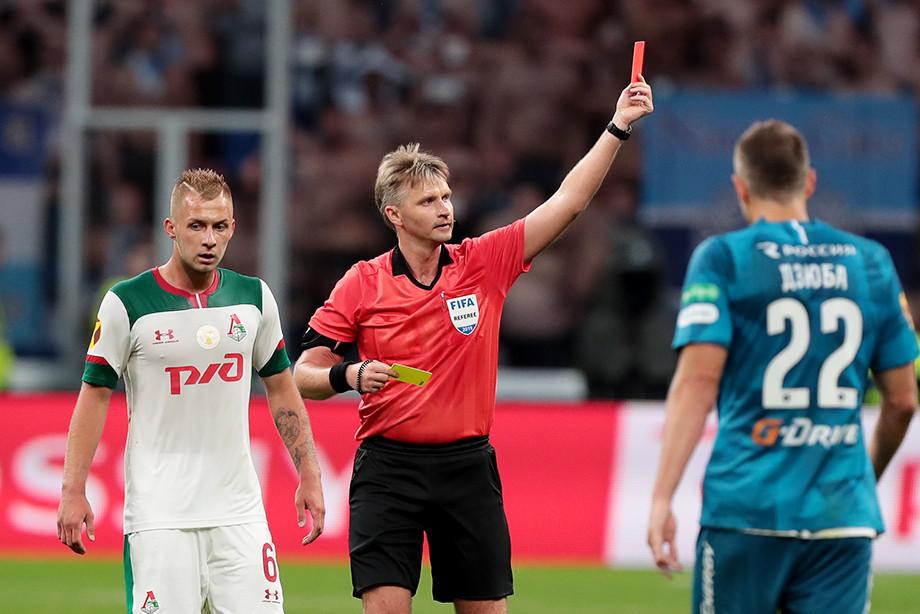 Сергей Лапочкин удаляет Магомеда Оздоева в матче за Суперкубок России