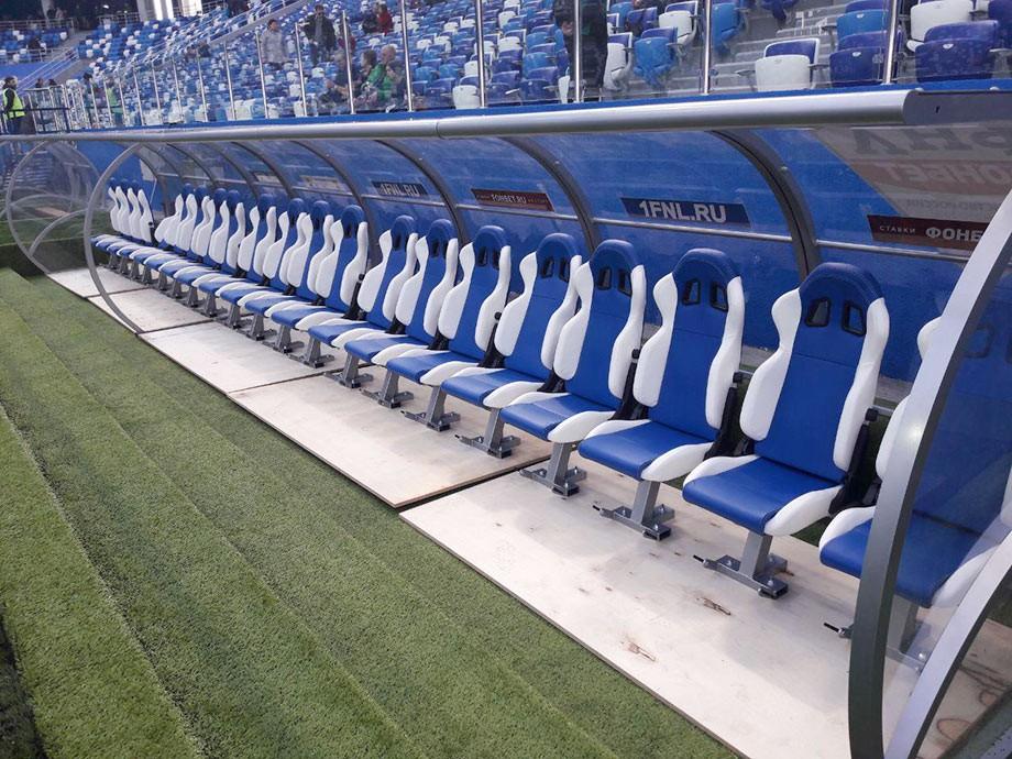 На такой комфортной «лавке», должно быть, и сидеть игрокам не так обидно…