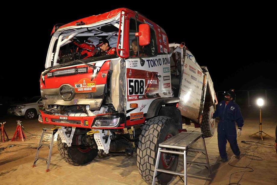 «Выглядит плохо, но едет». Японец разворотил грузовик – и так проехал три этапа «Дакара»!