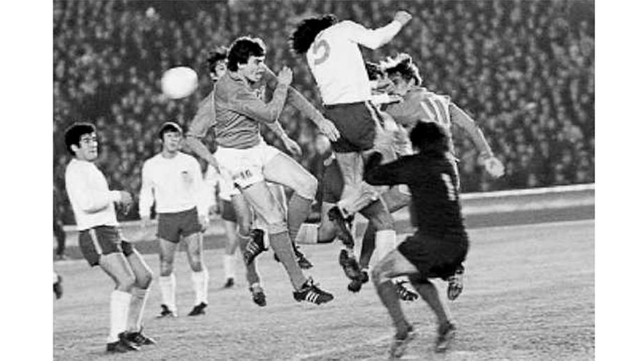 Эпизод из первого матча сборных СССР и Чили (0:0)
