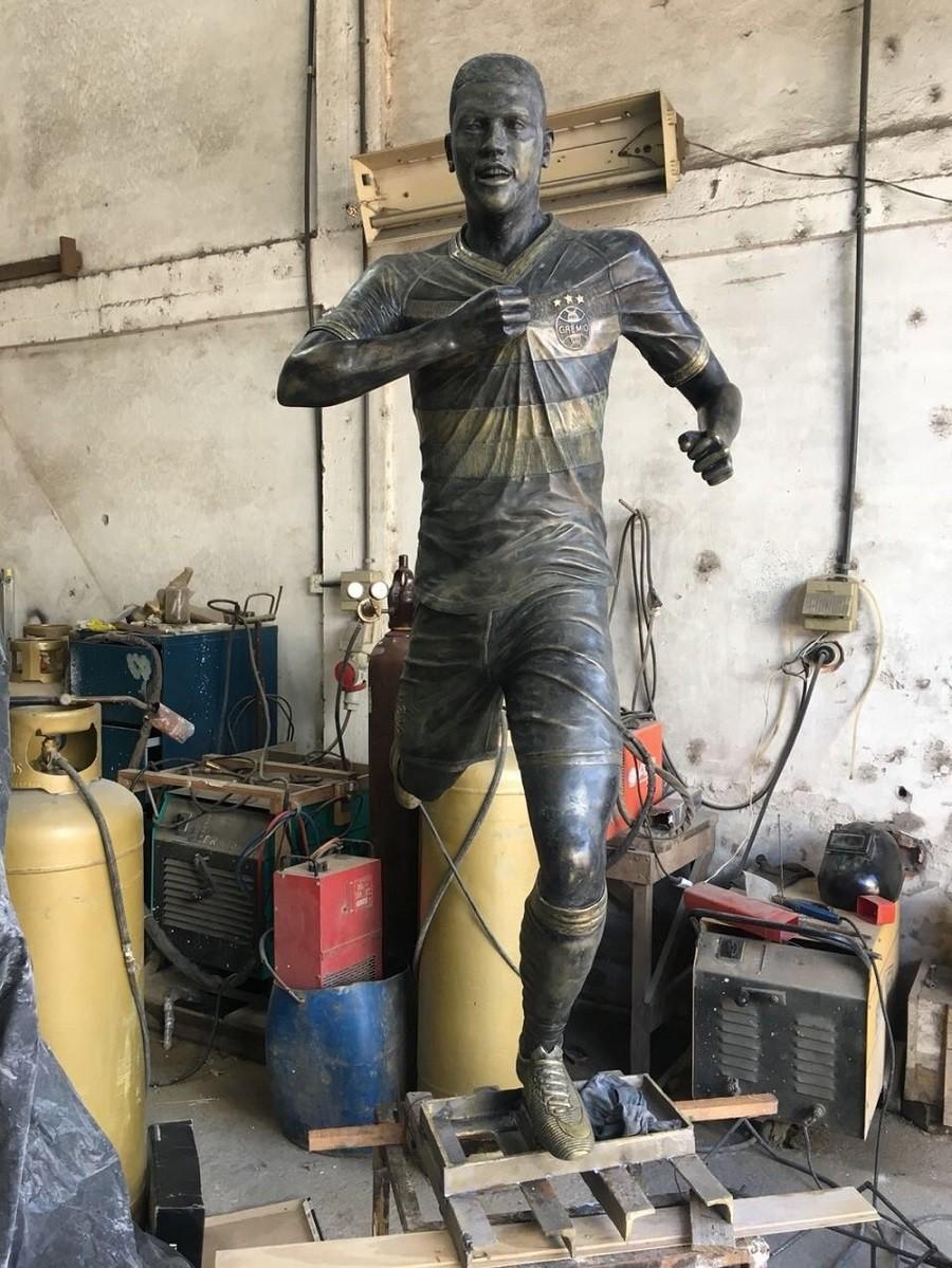 Бронзовая статуя Педро Роши