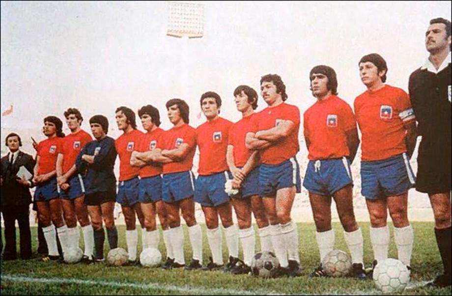 Футболисты сборной Чили в традиционной красно-синей форме собрались в центре поля перед «матчем» со сборной СССР