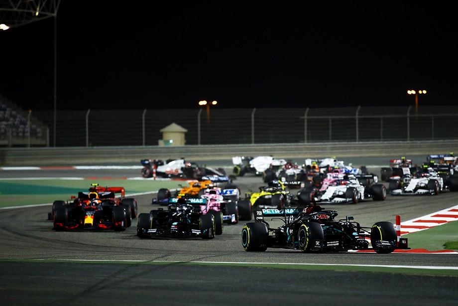 Расселл выходит в лидеры Гран-при Сахира на старте