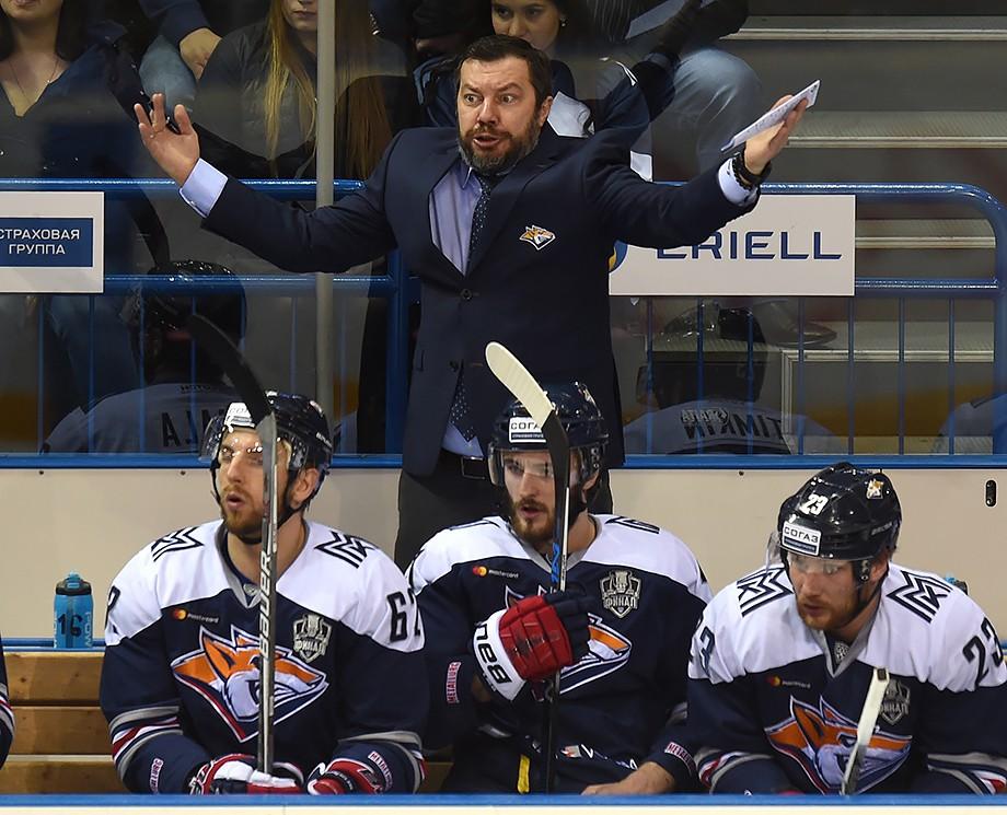 Илья Воробьёв на тренерской скамейке «Магнитки»