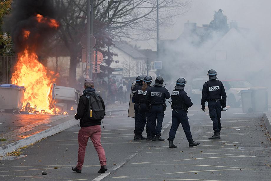 Во Франции массово отменяют матчи. Что происходит