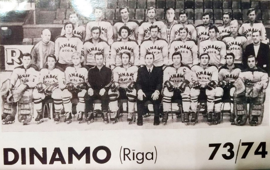 Сезон-1973/74. В центре — Виктор Тихонов. Вакуров — крайний слева в верхнем ряду, Пётр Воробьёв — четвёртый справа сверху