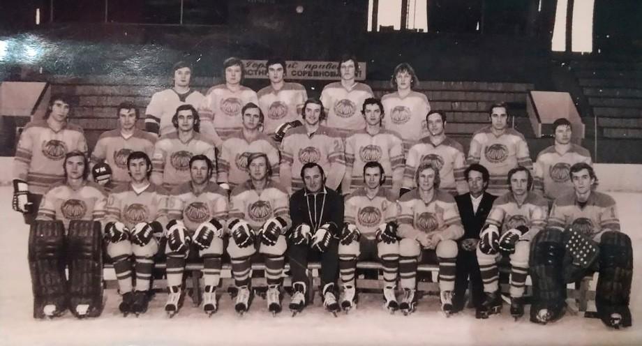 Сезон-1977/78. Вакуров — четвёртый справа во втором ряду. Крайний справа в верхнем — Игорь Ларионов