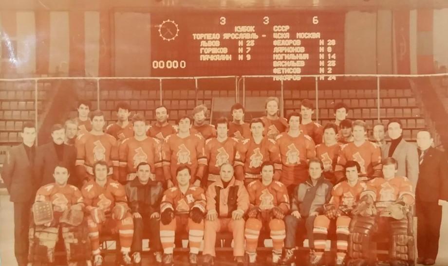Сезон-1987/88. В центре — Сергей Николаев, Вакуров — третий справа в нижнем ряду