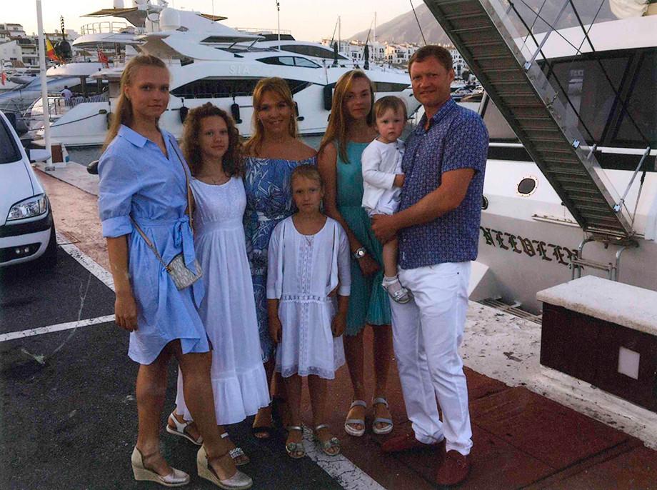 Евгений Варламов с женой и дочерьми