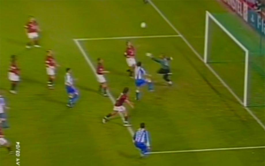 «Депортиво» забивает второй мяч после ошибки Диды