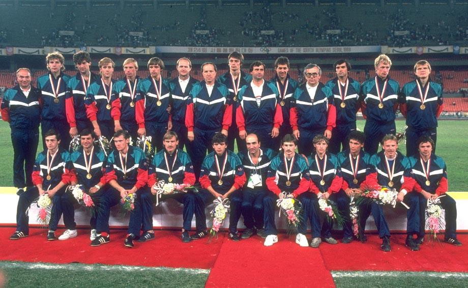 Сборная СССР – чемпион Олимпиады-1988. Сергей Фокин – третий справа в верхнем ряду