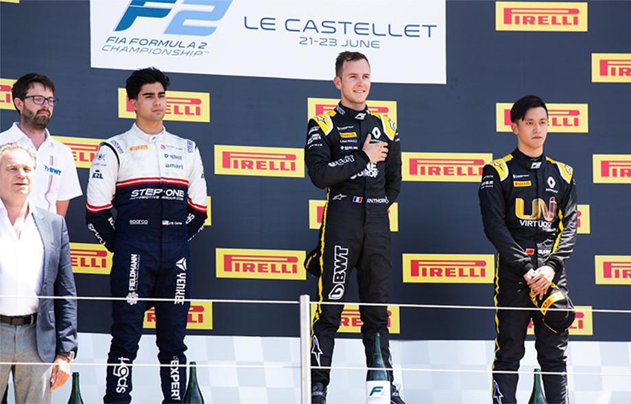 Корреа, Юбер и Чжоу Гуаньюй на подиуме гонки Формулы-2 в Ле-Кастелле, 2019 год