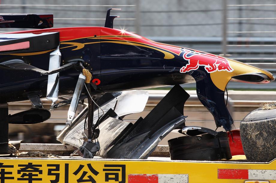 От машины Формулы-1 оторвались оба передних колеса — видео Буэми на Гран-при Китая — 2010