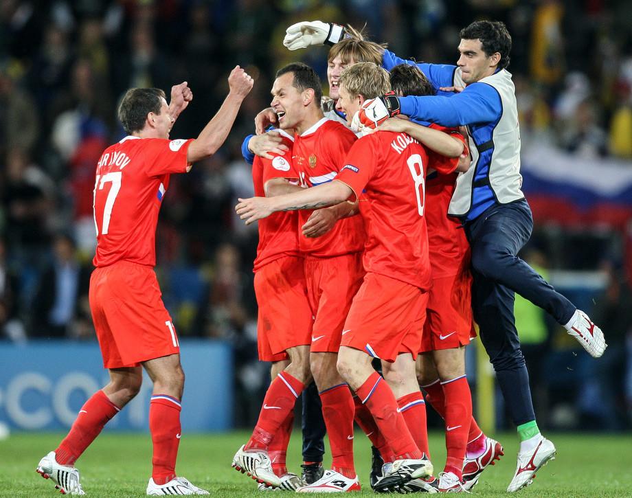 Футболисты сборной России поздравляют Сергея Игнашевича с голом