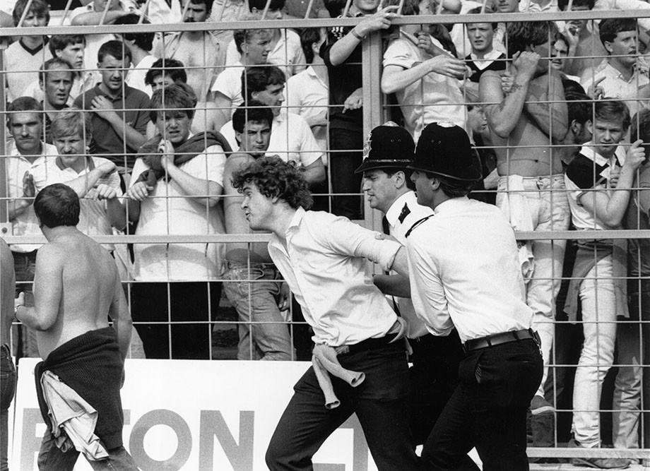 Задержанный болельщик в матче «Уимблдона» и «Манчестер Сити», 1984 год.