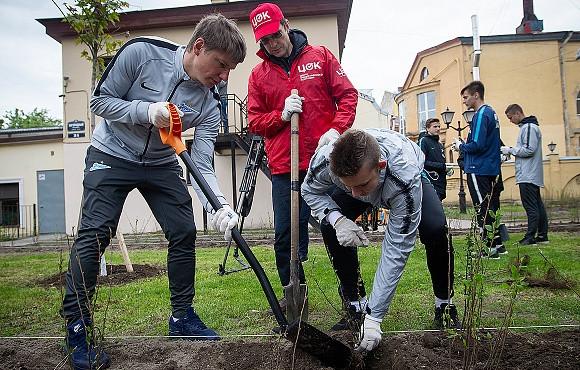 Аршавин и игроки академии «Зенита» высадили новые кусты в Санкт-Петербурге