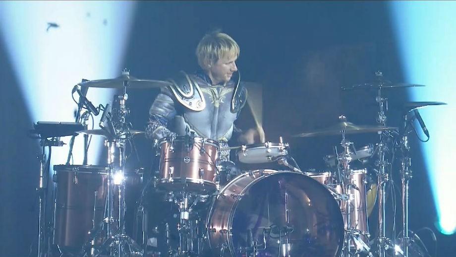 Барабанщик Muse Доминик Ховард в костюме рыцаря Альянса