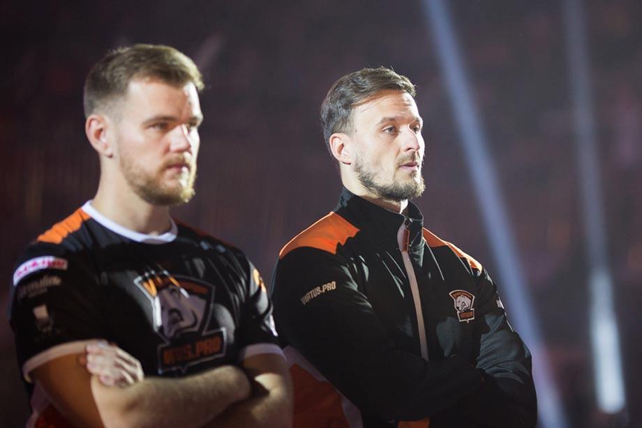 Филипп NEO Кубски (слева) и Ярослав pashaBiceps Яжомбковский (справа) из команды Virtus.pro