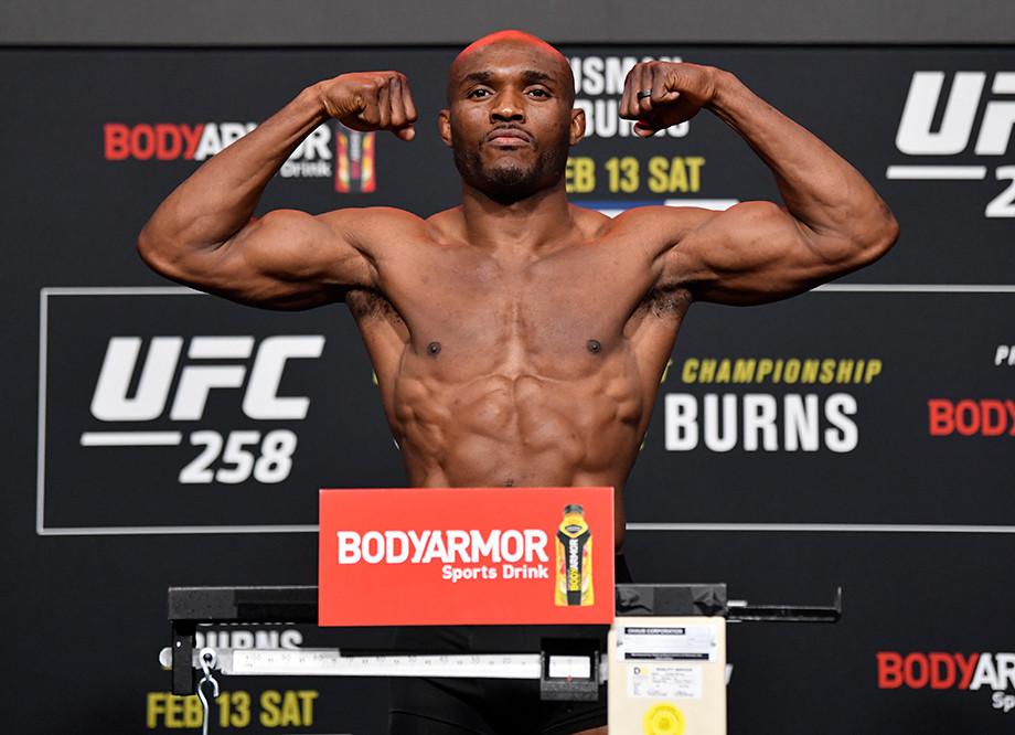 Ислам Махачев готовится ко взвешиванию на турнире UFC 259