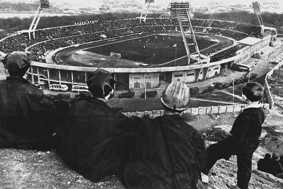 Шахтёры смотрят футбол с террикона