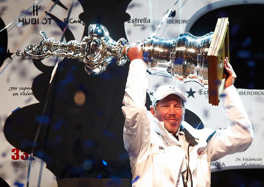 Ларри Эллисон на подиуме 33-го Кубка Америки, 2010 год