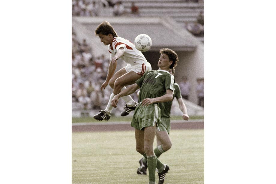 Игрок московской команды «Торпедо» Юрий Савичев (справа) и полузащитник команды «Днепр» Николай Кудрицкий (слева)
