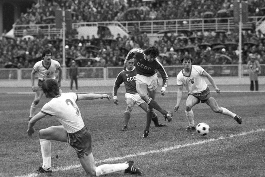 Юрий Суслопаров забивает гол в ворота сборной ГДР