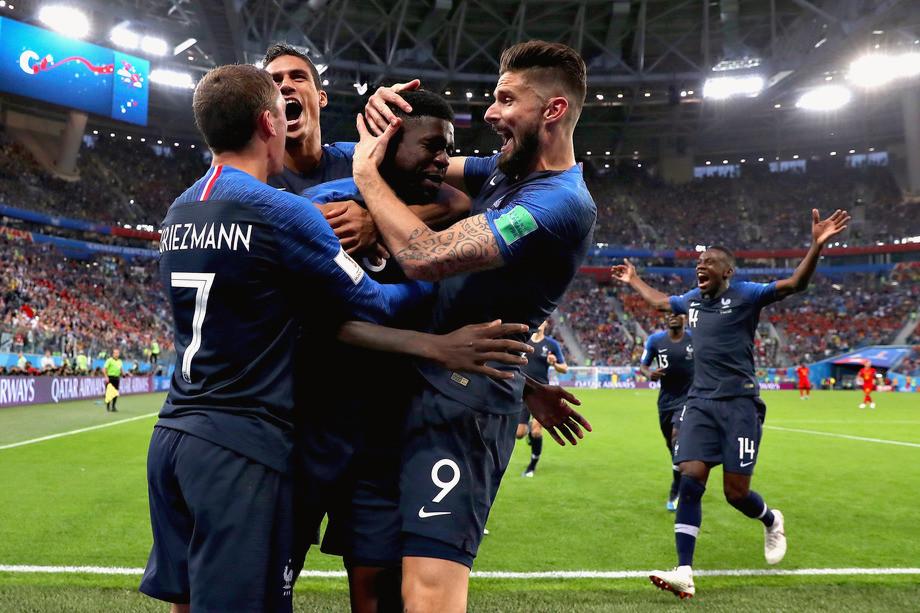 Самуэль Эмтити в объятьях партнёров по сборной Франции