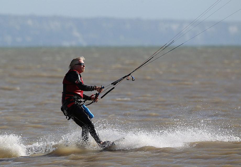 Ричард Брэнсон занимается кайтсёрфингом в Англии, 2010 год