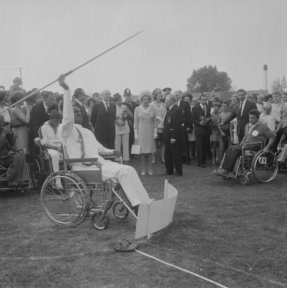 Королева Елизавета II и Людвиг Гуттман на Сток-Мандевилльских играх 1969 года