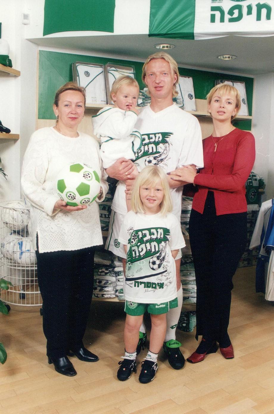 Семья Василия Иванова: теща Татьяна, дочь Полина (на руках), дочь Настя и жена Виктория