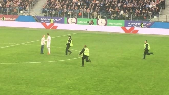 В конце матча Россия – Испания на поле выбежал болельщик и сделал селфи с Пике