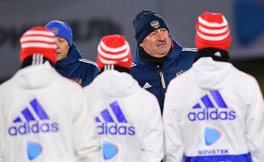 Станислав Черчесов на тренировке сборной