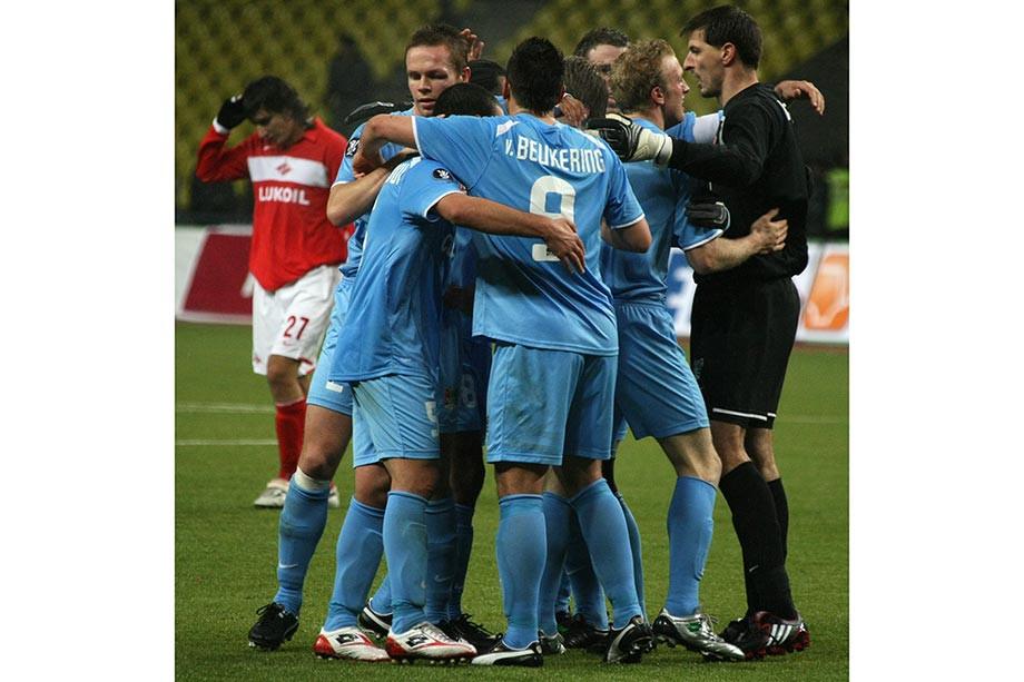 Сергей Ковальчук (на заднем плане) в матче с клубом из Неймегена