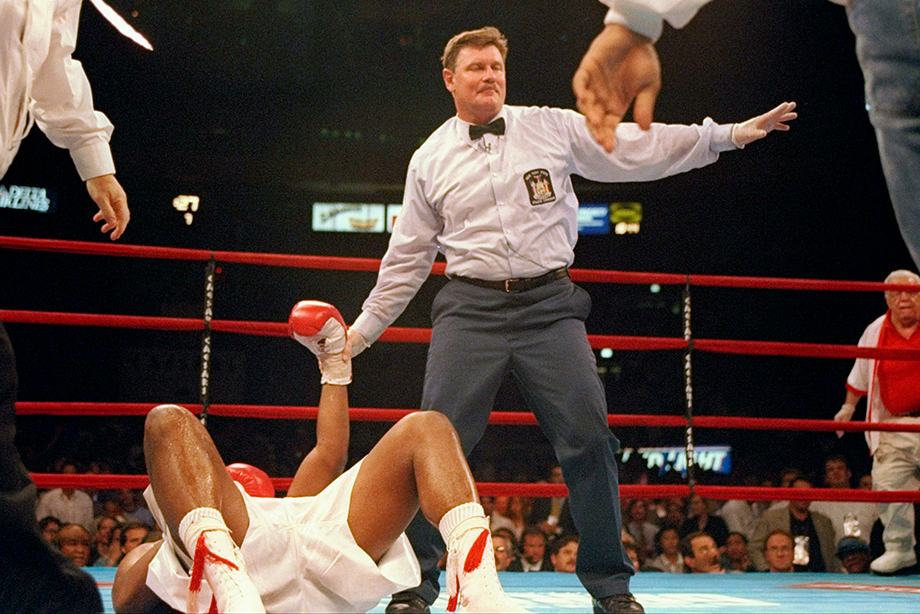 Один из самых грязных боёв в истории бокса закончился массовой дракой, видео