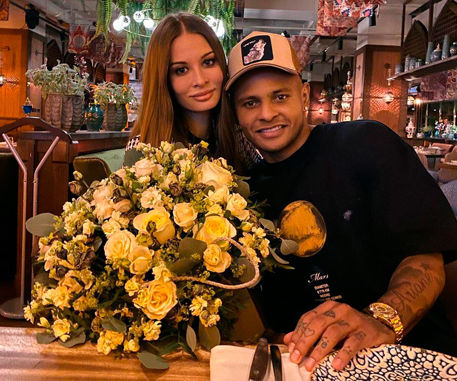 Ари с женой