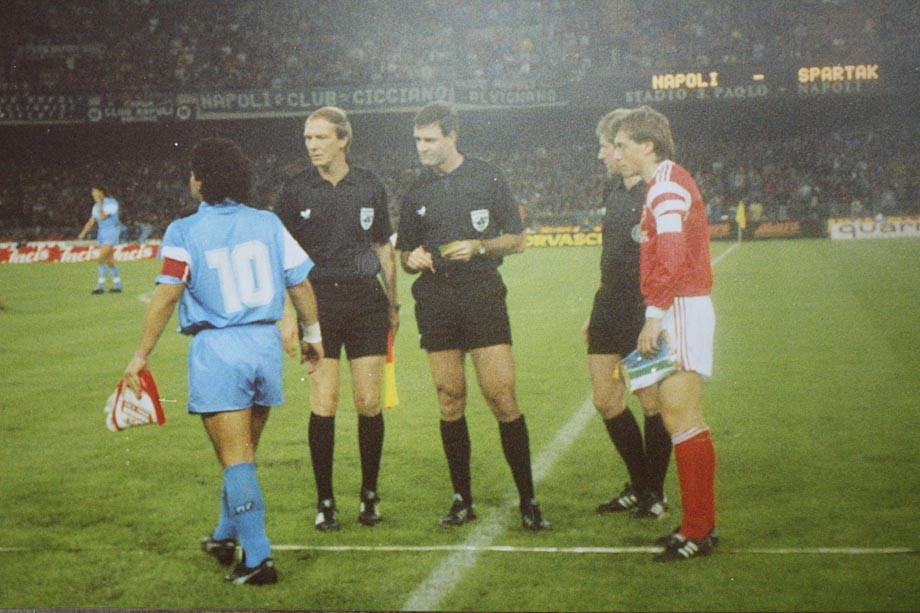 Диего Марадона (№10) и Валерий Шмаров (крайний справа) перед матчем «Наполи» — «Спартак». 1990 год