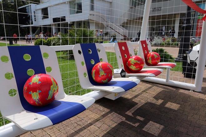 Скамья сзарядкой для мобильных ввиде футбольных ворот установлена вСочи