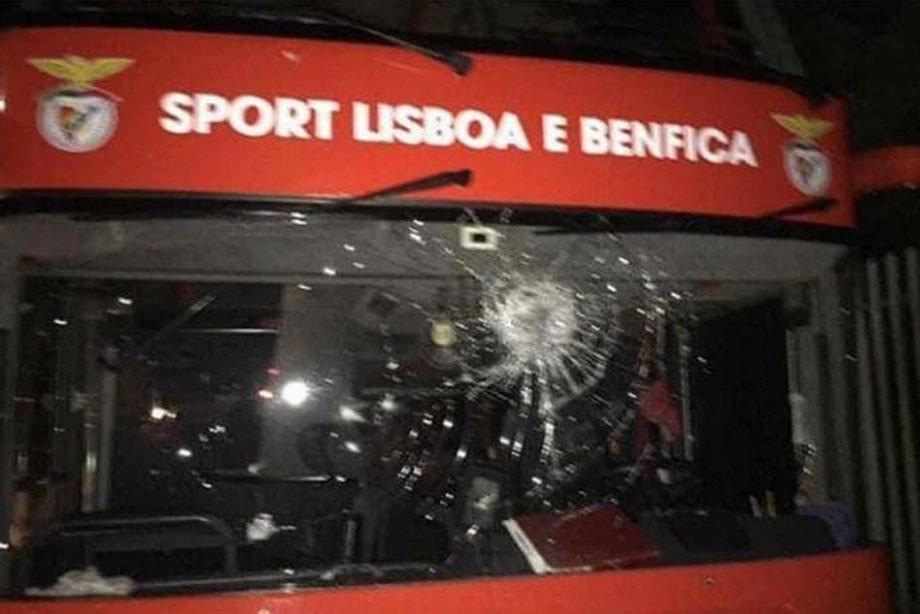 Фанаты «Бенфики» забросали камнями автобус. Пострадали Вайгель и Живкович