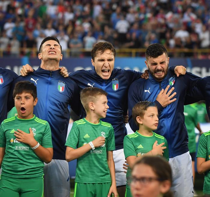 Игроки сборной Италии поют гимн