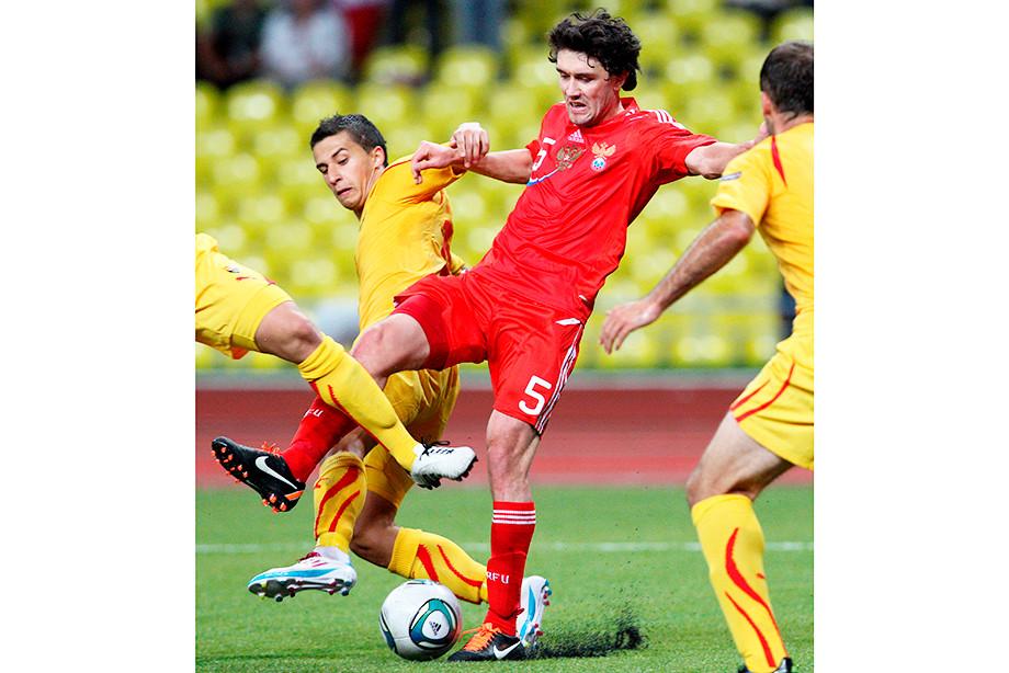 Юрий Жирков в окружении трёх игроков сборной Македонии