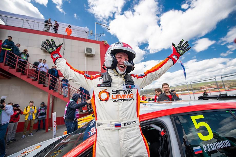 Воскресную гонку «Туринга» выиграл джентльмен-драйвер Роман Голиков на новеньком VW Golf
