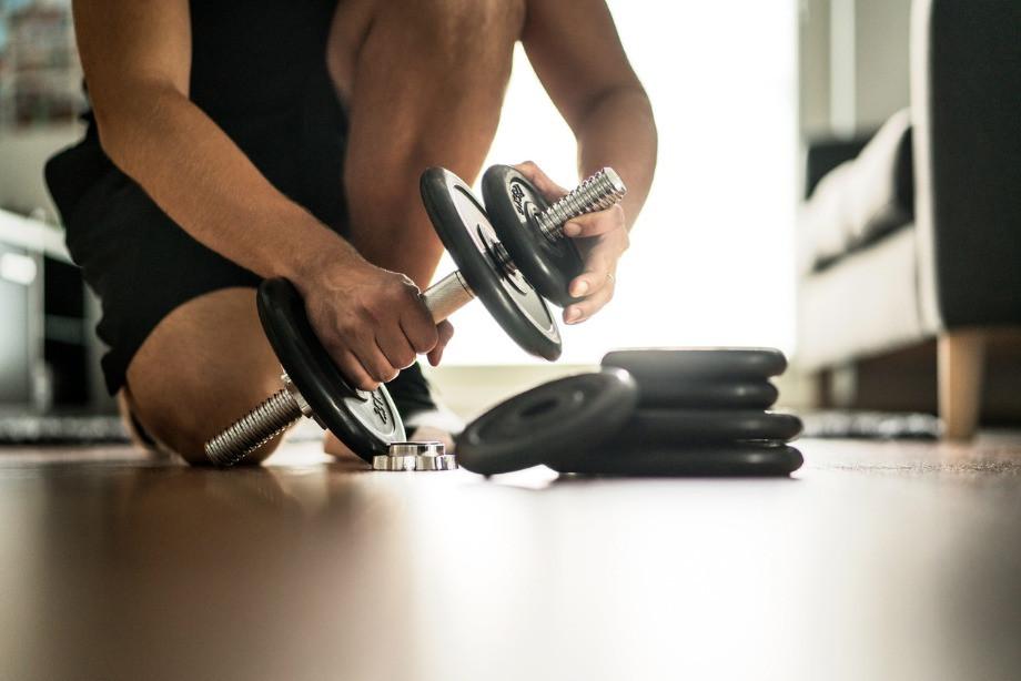 Покупать ли инвентарь для домашнего спортзала? Какое оборудование купить и чем заменить
