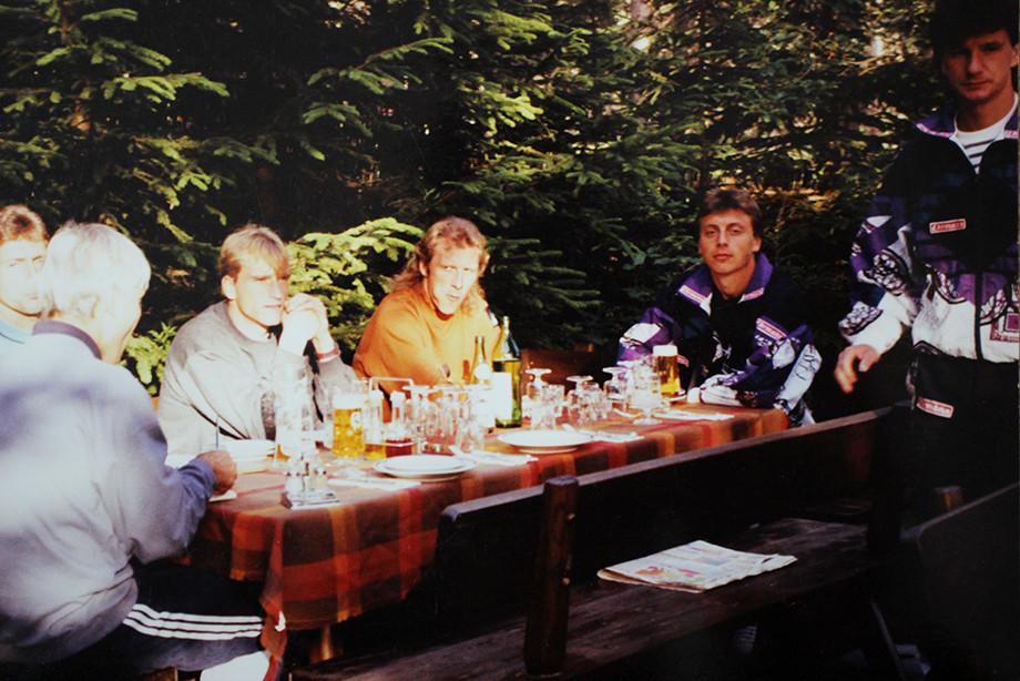 За бокалом пива с партнёрами по «Карлсруэ»