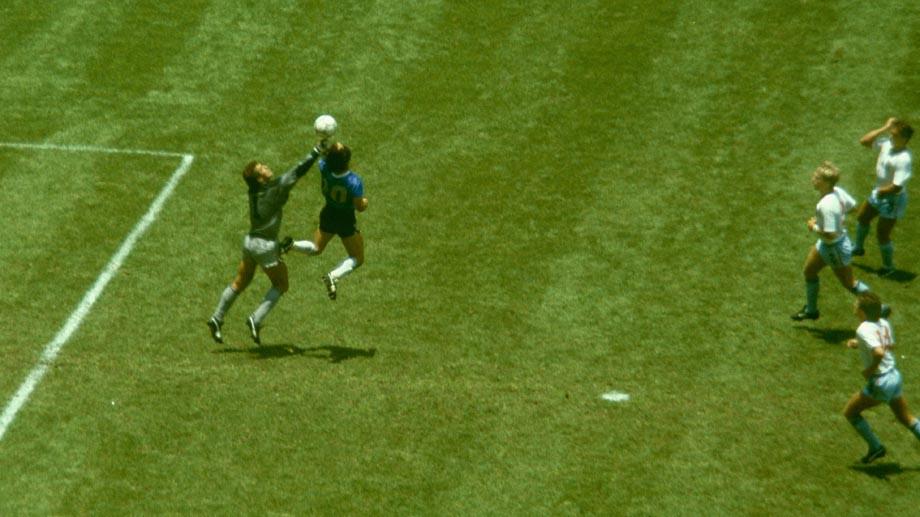 Бывший игрок сборной Англии отказался продать футболку Марадоны. Она стоит миллион евро!