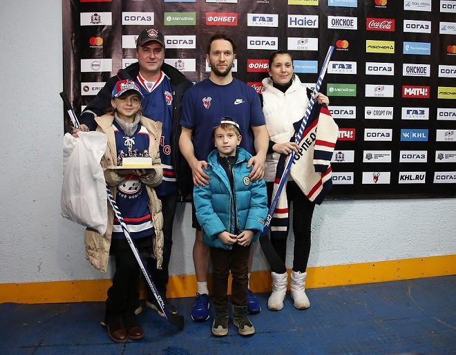 Михаил Григорьев вручил свои клюшки победителям конкурса творчества «Торпедо»