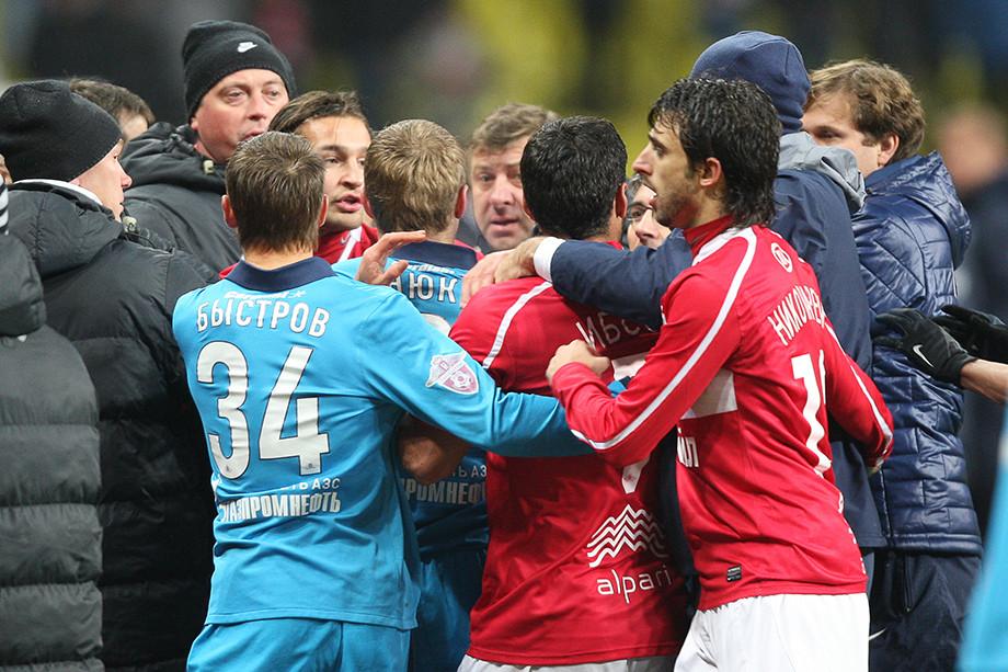 «Слышь ты, щенок!» В 2010-м Карпин и Денисов зажгли в матче «Спартака» и «Зенита»