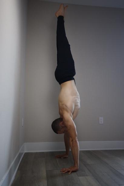 Как научиться делать стойку на руках? Какие мышцы развивает стойка на руках?