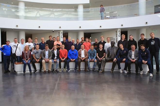 Футболисты «Урала» побывали на экскурсии в «Ельцин Центре»